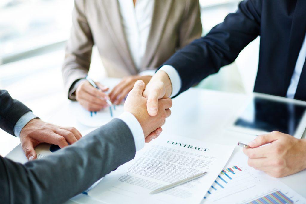 kontrahenci przy podpisaniu umowy
